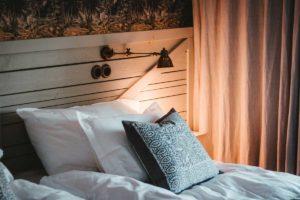 Ein gemuetliches Bett laedt zum gesunden Schlaf ein
